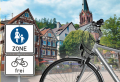 Fahrrad in der Fußgängerzone; im Hintergrund Fachwerkhäuser