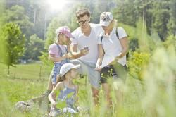 Geocaching Familie in der Wiese / Quelle: Tourismus GmbH Nördlicher Schwarzwald